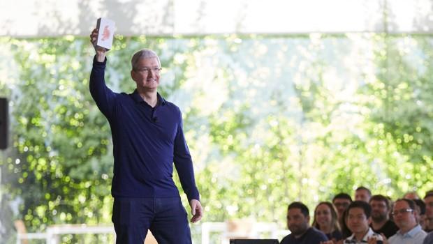 팀 쿡 애플 CEO가 사내 직원 모임에서 애플 10억대 판매를 발표하고 있다.  - 애플 제공
